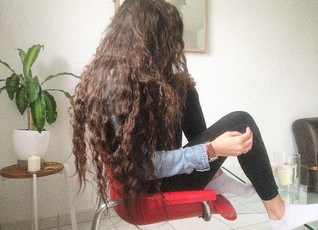 Mes cheveux après une nuit avec des nattes. Mes cheveux sont à l'origine, longs et lisse voir ondulés 😇