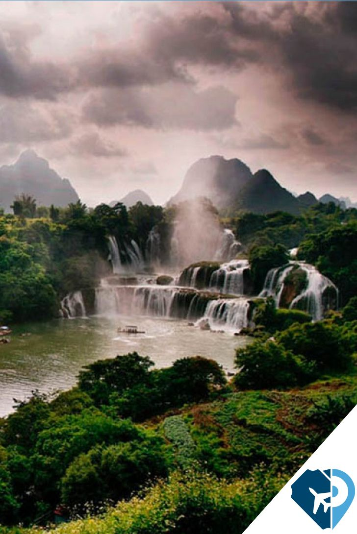 Las cataratas de Detian, que también son conocidas como las Banyue o Ban Gioc, son dos que está ubicadas en el condado de Daxing en la provincia de Guangxi, en el lado Chino, y en el distrito de Trung Khanh, en el lado vietnamita.