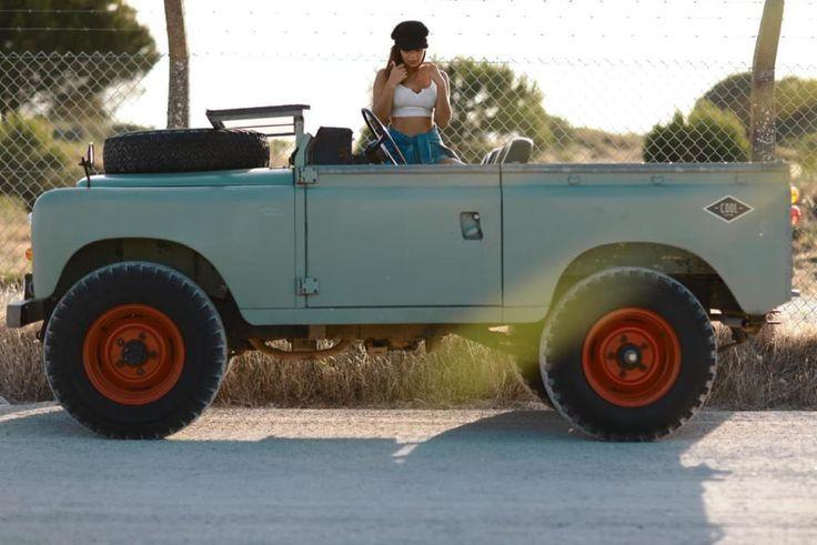 Nichts passt zusammen wie ein wunderschönes Mädchen und ein Land Rover III Air…