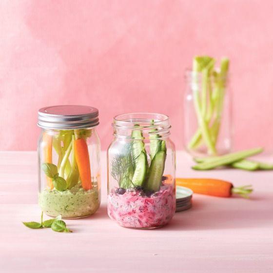 Frisse dille-bieten-tzatziki met komkommersticks