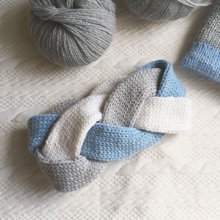 Повязка коса трехцветная. Beautiful woman headband braid three colors, blue, white and gray. Made from alpaca yarn.