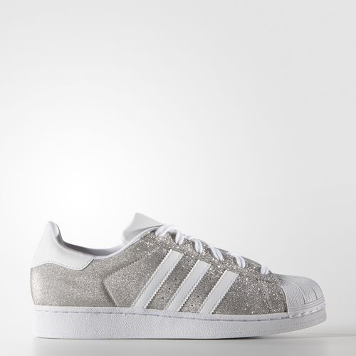 The adidas Superstar shoe stepped onto basketball courts in earning a  sterling reputation in the NBA before moving to the street. These women's  shoes update ...