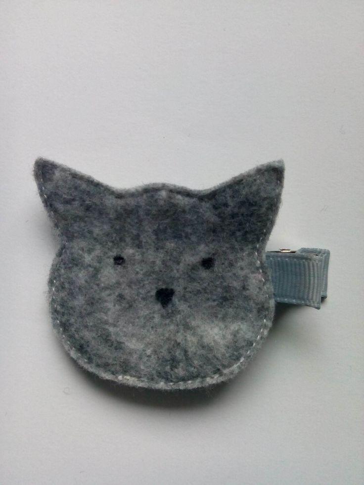 Spinka szary kotek wykonana z filcu. Wym 4,5x5cm, klips: krokodyl 4,5cm.