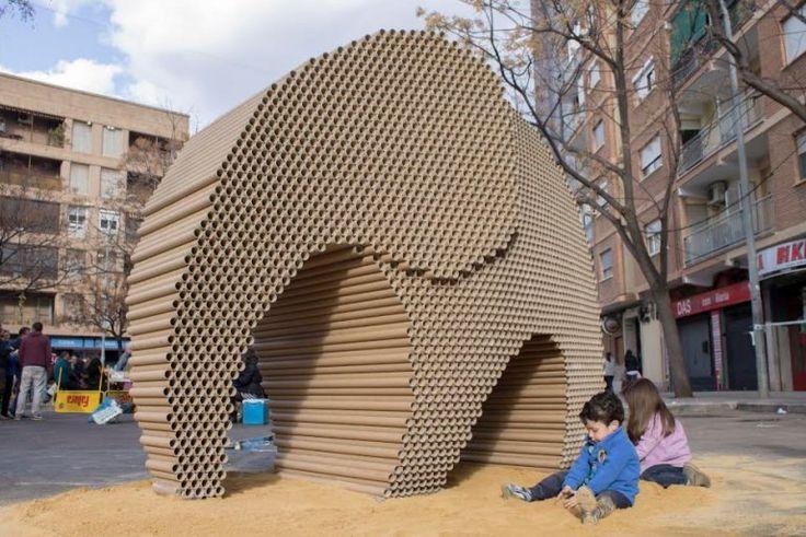 """Bu kartondan yapılmış sevimli filin adı """"Ağır Düşler"""". İspanyol tasarım stüdyosu Nituniyo tarafından Valensiya'da her yıl düzenlenen bir festival için tasarlanan fil, tam 6,000 geri dönüşüm karton rulodan oluşuyor. Festivaldeki pek çok eser - festival sonunda yakılması planlanan - hem yetişkinlerden hem de çocuklardan ipler yoluyla uzak tutuluyor. Festivalde oyuna açık olan tek eser bu. Sokaktan geçenler kağıda yazdıkları dileklerini filin deliklerinden içeri yerleştirebiliyorla..."""