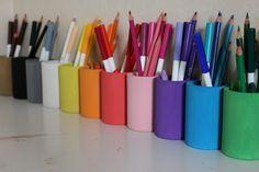 Depuis un moment, je rêvais de pots à crayons façon Montessori, pour que Poupette puisse s'y retrouver plus facilement lorsqu'elle dessine ou colorie. Il s'agit de ces fameux pots dans lesquels les crayons sont stockés par couleur, facilitant ainsi l'utilisation et le rangement. Petit problème, je trouve le prix un peu élevé (entre 30,00€ et 40,00€ suivant les modèles). Je me suis décidée à les faire moi-même le jour ou Poupette est venue me voir, l'air complètement désemparé, pour me dire…