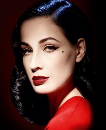 Dita Von Teese nella campagna pubblicitaria di Art Couture Collection, da lei ideato in collaborazione con ArtDeco.