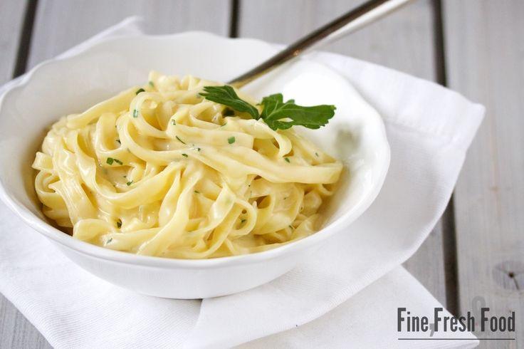 Wenn es mal schnell gehen muss, ist diese Pasta mit Käse-Sauce genau das Richtige. Die wenigen Zutaten sind sehr schnell und einfach zu einer leckeren Sauce zu verarbeiten. Die Auswahl der Pasta ist ganz euch überlassen. Hier in diesem Rezept habe ich Tagliatelle gewählt, aber auch Spaghetti, Penne oder Spirelli passen hier gut dazu. HabtMehr