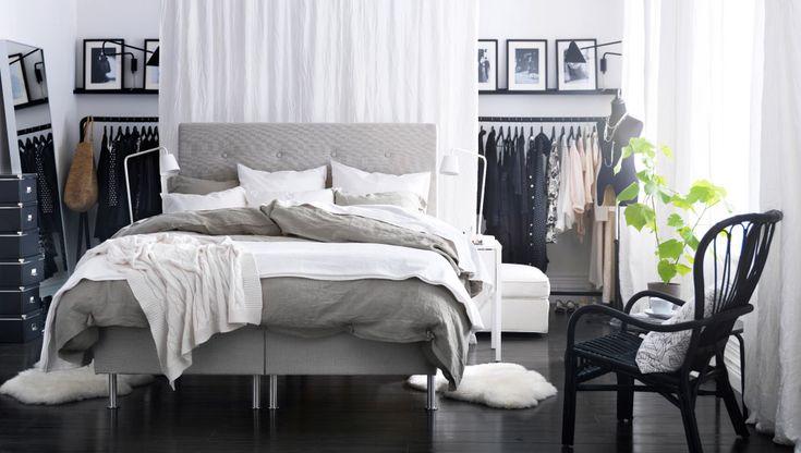 Hyggeligt soveværelse med åben tøjopbevaring