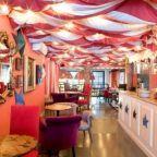 Een gezellig kindvriendelijk café, vol met locals, oud en jong en met heerlijke zoetigheden! Genaamd WePudding! Dit café is ingericht voor de kinderen, met achterin een speelparadijs. De inrichting is knus, vrolijk en zoet en is geïnspireerd door Alice in Wonderland. Een top adresje voor een heerlijke tussenstop om je te laten verwennen. Eet een lekker gebakje, cakejes en home made snacks. Je kids vermaken zich met de kinderfilms, het speelgoed en ook worden er soms activiteiten ...