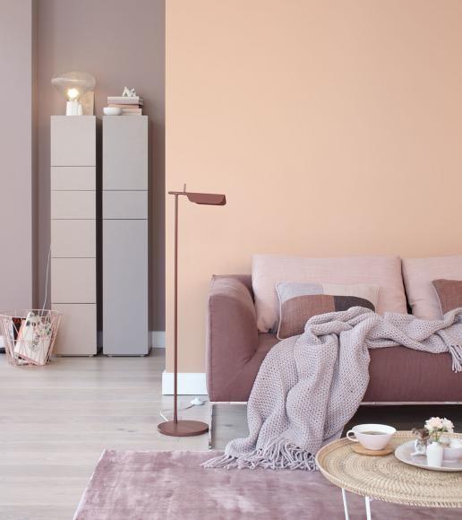 Wände in zartem Pfirsich-Farbton trifft auf Möbel in Brauntönen