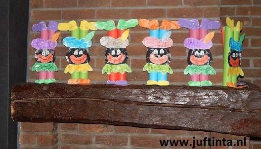 Omwikkel eerst twee keukenrollen met gekleurd papier. Dit worden de benen en de armen. Plak de rollen tegen elkaar. Knutsel daarna het gezichtje en de handen en voeten erop. Wanneer dit moeilijk is, kun je hiervoor ook delen van een kleurplaat gebruiken. Met dank aan Arlette !