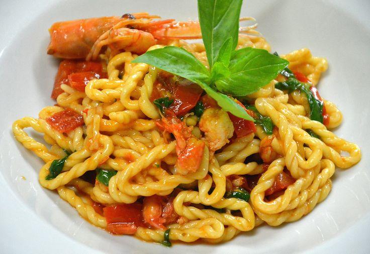 Le Lorighittas, pasta tipica di Morgongiori, in questa ricetta sono accompagnate da un sugo ai crostacei al profumo di Vernaccia.