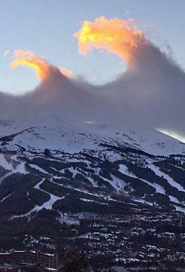 """""""Niewiarygodne, oszałamiające i niezapomniane"""". Fale chmur nad Górami Skalistymi. http://tvnmeteo.tvn24.pl/informacje-pogoda/ciekawostki,49/niewiarygodne-oszalamiajace-i-niezapomniane-fale-chmur-nad-gorami-skalistymi,184576,1,0.html"""