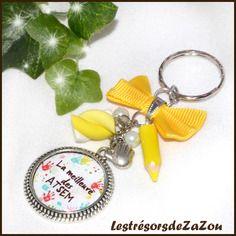 """Idée cadeau atsem - porte clefs à cabochon à texte """" la meilleure des atsem"""", breloques guimauve et crayon en fimo"""