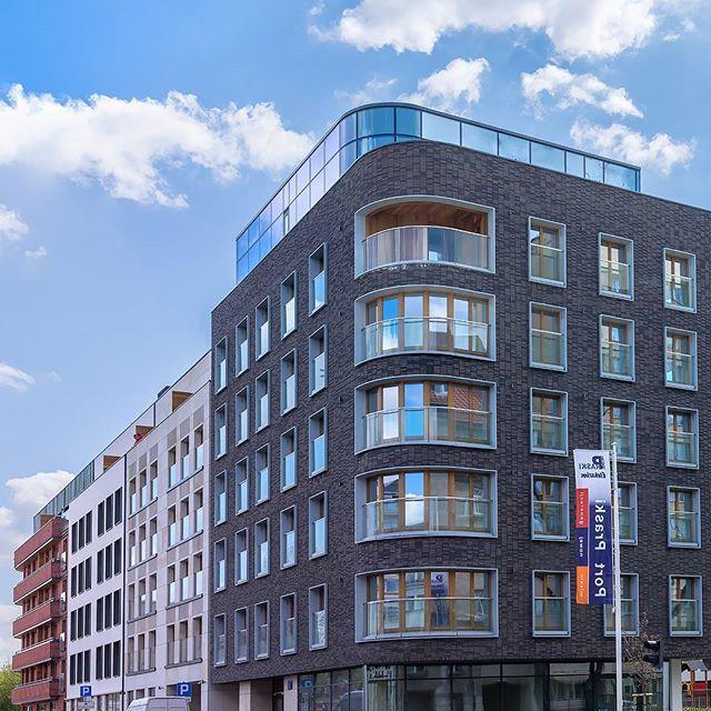 Fot. Marc-Olivier Giguère, www.mogiguere.com  #portpraski #luksus #inwestycja #warszawa #apartamenty #cegła #piaskowiec #sierakowskiego5