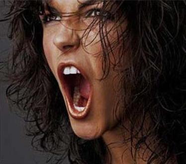 Mulher-gritando-alto