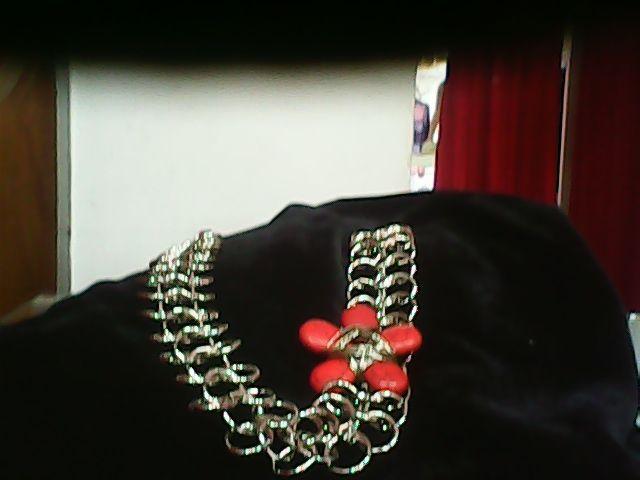 collar realizado en rejido medieval  con detalle de flor  realiza en  piedra reconstituida