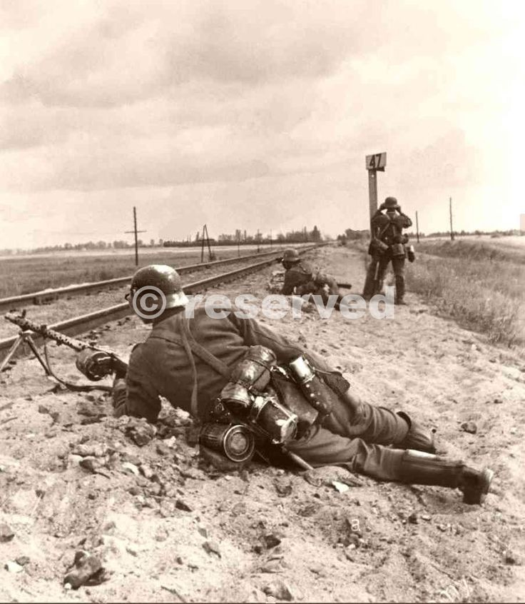 German-Army-Group-South-and-allied-Axis-troops-advancing-and-fighting-on-the-Eastern-Front-1941_nazi-soldier.jpg (903×1038)