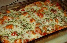 Mexická pikantní pochoutka z kuřecího masíčka | 500 g kuřecí prsa 3 PLolej 1 KL kmín 2 rajčata 400 g rajčatová omáčka 200 g smetanový sýr 1 pálivá paprička 8 ks kukuřičná tortila strouhaný sýr sůl pepř sušená petržel mletá červená paprika - pálivá Kuřecí prsa na kostičky a osmahneme, okoreníme. Sýr si smícháme s petrželkou a papričkou. Do vymazané formy navrstvíme kuřecí maso (1/2), 4 tortily a smetanový sýr. Znovu tortily, masíčko a zbytek sýra. Posypeme petrželkou a nastrouhaným sýrem.