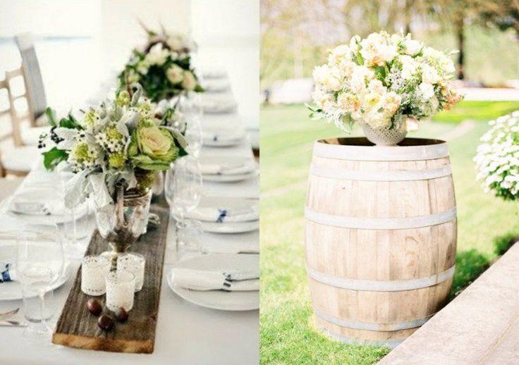 latte de bois en tant que chemin de table, décorée d'arrangements floraux/tonneau à vin décoré d'un bouquet de roses