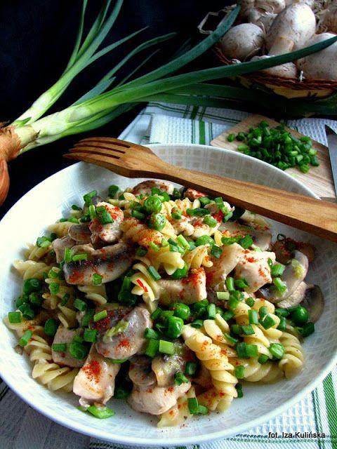 Smaczna Pyza sprawdzone przepisy kulinarne: Makaron z kurczakiem, pieczarkami i groszkiem
