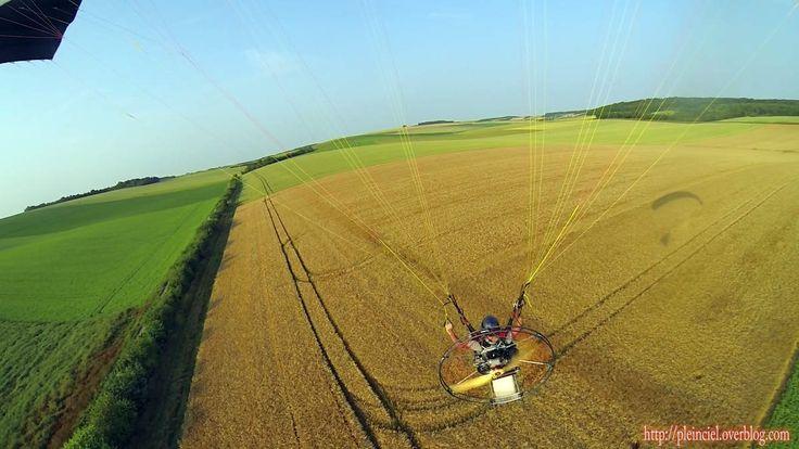 Paramoteur au dessus des champs de blé