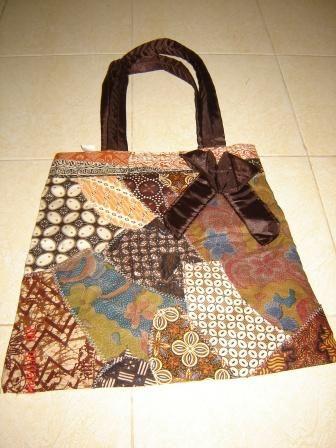 Tas Batik plus pita Cantik buat semua suasana Rp 40.000   Foto Koleksi Tas Cantik - From http://pasutri.us/ladyfem.html