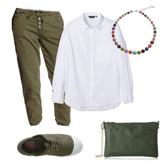 Look trendy e pratico: jeans baggy, lunghezza alla caviglia e coulisse in vita, camicia in popeline, sneakers di tela basse, pochette con tracolla in ecopelle e collana a sfere colorate.