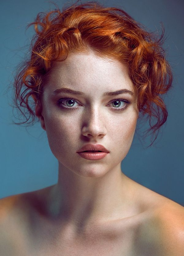 I love the different lights on this picture! Would make a great drawing. Portraits de femmes sublimes par Joanna Kustra