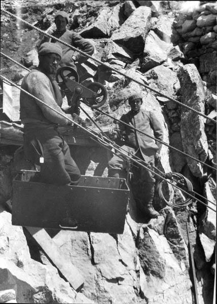 operaio addetto alla manutenzione di una teleferica in alta quota, sul fronte dell'Adamello