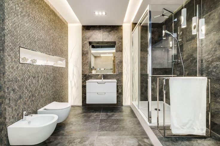 Ekspozycja Max-Fliz łazienka, płytki czarne, płytki marmur, płytki mozaika, kabina prysznicowa rogowa, oświetlenie sufitowe. Łazienka Najwyższej jakości Płytki łazienkowe i kuchenne