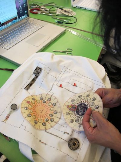 Wearable Tech – LilyPad Arduino Intro | Beginners guide to the LilyPad Arduino…