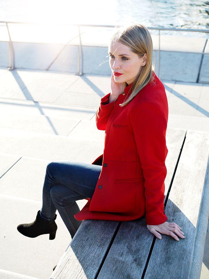 Herbsttrend roter Mantel // Diesen Herbst ist ganz klar Rot das neue Schwarz. Also weg mit euren schwarzen und düsteren Mänteln! Diesen Herbst ist Farbe gefragt! Aber keine Angst, der rote Mantel liebt es genauso mit dunklen Farben kombiniert zu werden  Ganz auf die dunklen Herbsttöne müsst ihr also nicht verzichten!