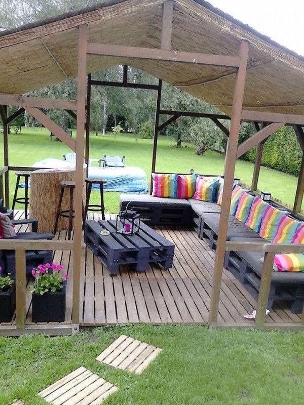 Terraza hecha de pallet y madera en medio del patio de la casa