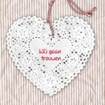 Vintage trouwkaart met kanten hart aan hangertje op roze gestreepte stoffenachtergrond.