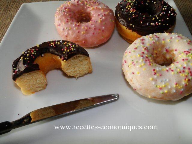 Une recette de donuts au thermomix : rapide : pas besoin d 'attendre 1 nuit, avec un glaçage chocolat ou nature, ces donuts feront un malheur sur la table!