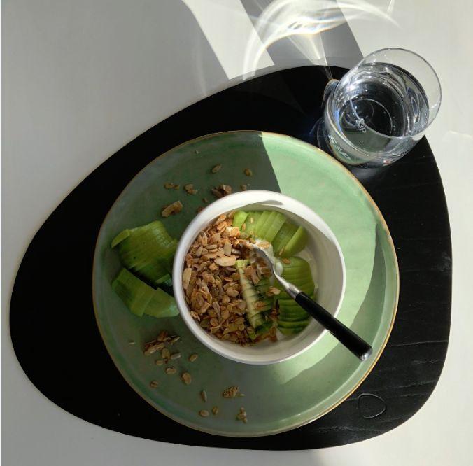 Placemat LindDna, bord Pascale Naessens voor Serax, bowl en glas Salt&Pepper, alles bij Top Interieur in Izegem en Massenhoven granola: I Just Love Breakfast
