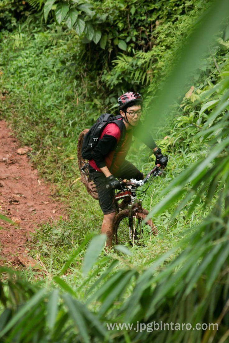 Turunan S Track Jalur Pipa Gas Mountain Bike Park di Perigi Lengkong Bumi Serpong Damai. Klik foto lainnya : http://www.flickr.com/photos/photopocket/