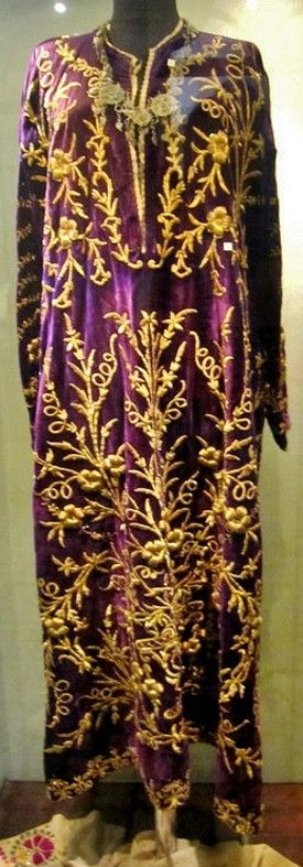 Bridal/festive 'bindallı entari' (embroidered robe) from the Gaziantep region. Late-Ottoman, c. early 20th century. 'Goldwork' on velvet. (Regional Museum of Kilis).