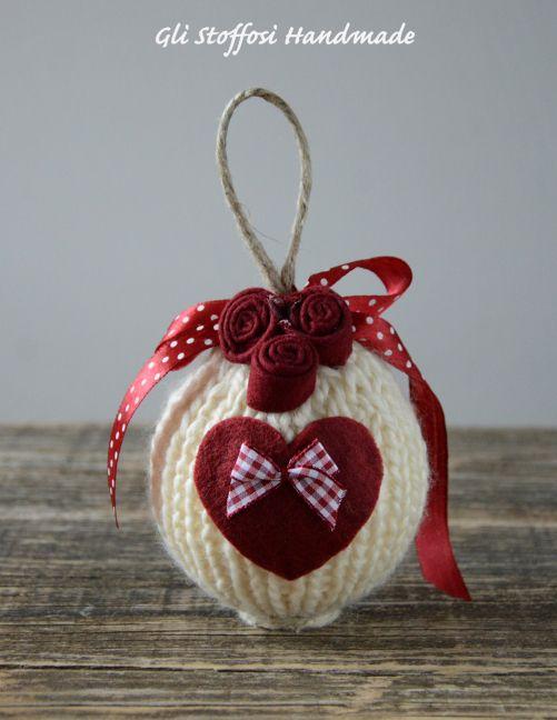 Set composto da 4 palline di Natale romantic chic, realizzate a manocon i ferri, rifinite con nastrini, pizzi, spago, rosellinee cuoricini handmade in pannolenci. Carinissime come idea regalo❤ S…