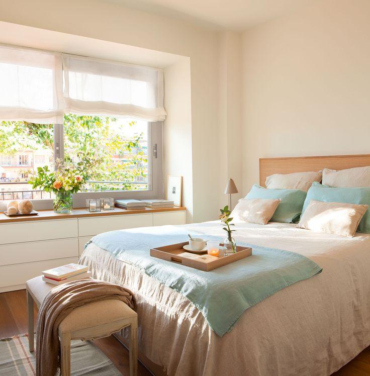 Dormitorio principal El mueble bajo la ventana es un diseño realizado a medida por Vivestudio.