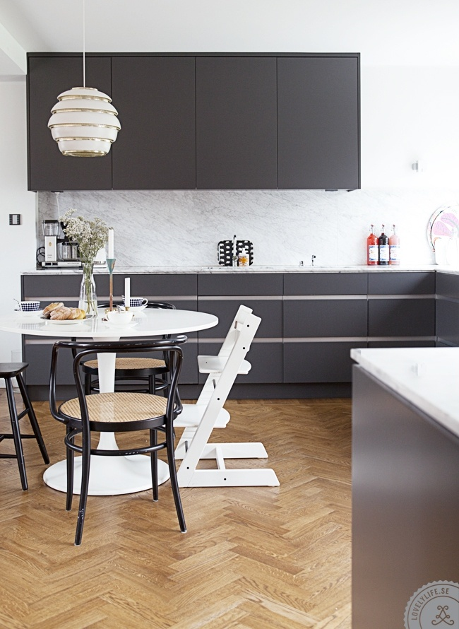 El poder de los accesorios de hogar: Tripp Trapp, Sanna Fischer, At Home, Floors, Black Cabinets, Grey Cabinets, Grey Kitchens, High Chairs, Fischer Home