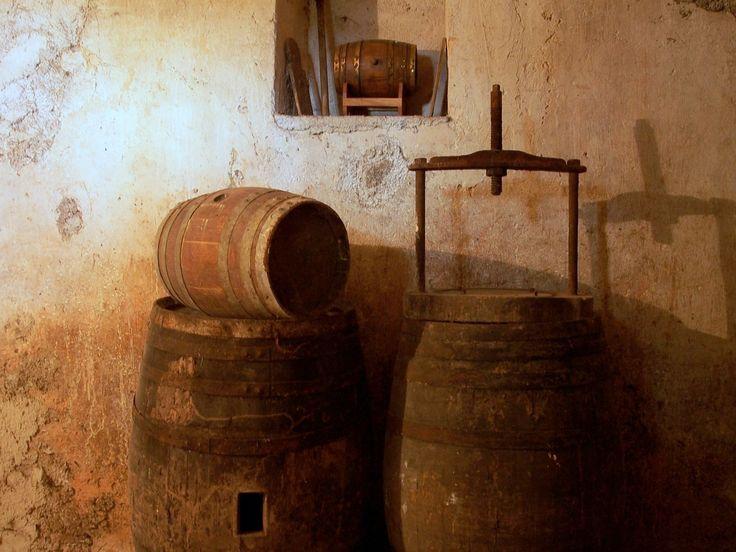 Ein Hyppocras ist ein mittelalterlicher Gewürzwein, der zu der damaligen Zeit häufig getrunken wurde und dem starke Heilkräfte zugesprochen wurde. Dieser Gewürzwein soll der Arzt Hippokrates als erstes aufgeschrieben haben. Er wurde damals mit Honig zubereitet, später dann mit Zucker. Leider tranken nur die höher gestellten Menschen von damals diesen heilenden Wein, weil es sich […]