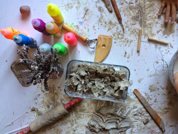 La bellesa plàstica de barrejar-ho tot: fang, pintura i espígol. Impulsa la creativitat. · The artsy beauty of mixing up everything: clay, paint, lavender. Boost creativity. #creixercreant #impulsalacreativitat #boostcreativity #rockinartmoms