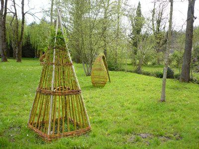 Vannerie extérieure : haie vivante en osier tressé, abri banc vivant, tontine osier, décoration jardin, jardin respectueux.