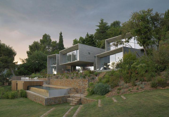 La topografia del sito – colline in Costa Azzurra di fronte al mare – ha determinato la creazione di terrazzamenti per contenere la piscina e il patio, così come la disposizione a scalare dei quattro volumi rettilinei che compongono Maison Le Cap a Var