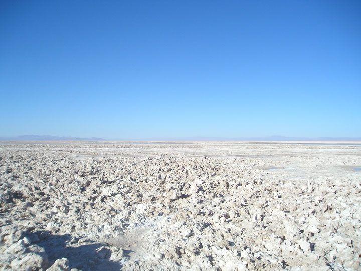Le désert d'Atacama, au Chili. Ce désert a été utilisé par la NASA pour tester Viking 1, Viking 2, la sonde spatiale Phoenix et bien d'autres appareils pour leurs futures missions sur Mars. C'est aussi dans ce même désert qu'a été retrouvé ATA, un squelette humanoïde aux airs d'extraterrestres.