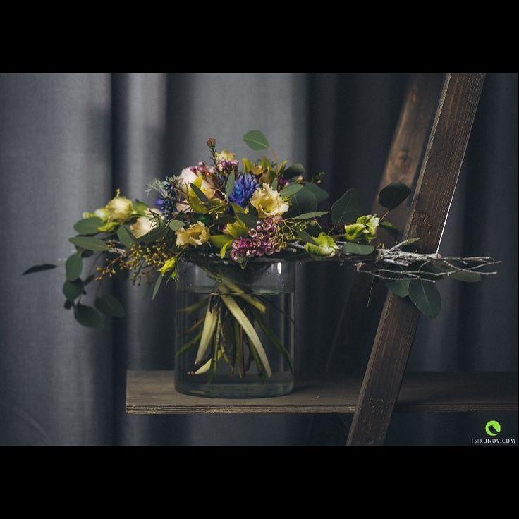 В композиции использованы тюльпаны сорта Super Parrot, ваксфлауэр (хамелациум), вирбинум, орхидея Цимбидиум, гиацинт, лизиантус, эвкалипт и цинерария.