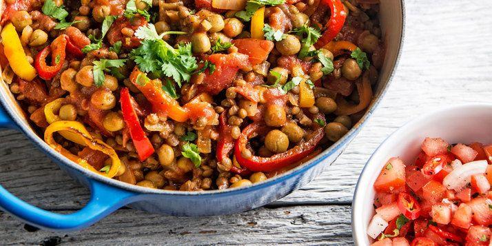 Chili sin carne van veldertjes, linzen, drie kleuren paprika, kaneel, komijn en chilivlokken. Serveer hem eens met tortilla's, tomatensalsa en korianderyoghurt.