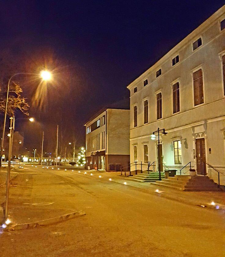 Tidigt på morgonen den 13 december tänds marschaller utmed gatorna i centrala Härnösand. Varje år firas luciadagen med tända ljus.